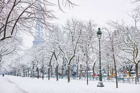 Photo pour Scenic view to the Eiffel tower on a day with heavy snow. Unusual weather conditions in Paris - image libre de droit