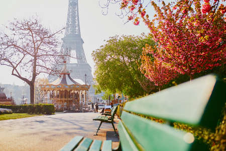 Foto de Scenic view of the Eiffel tower with cherry blossom trees in Paris, France on a spring day - Imagen libre de derechos