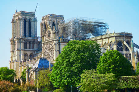 Photo pour View of Notre Dame cathedral without roof and spire destroyed by fire in Paris, France - image libre de droit