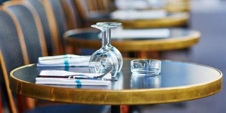 Photo pour Wine glasses on a table of cozy Parisian outdoor cafe - image libre de droit