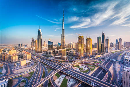 Photo pour Dubai skyline with beautiful city close to it's busiest highway on traffic - image libre de droit