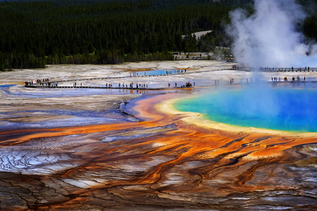 Photo pour Grand Prismatice Spring in Yellowstone National Park with tourists viewing the spectacular natural scene - image libre de droit