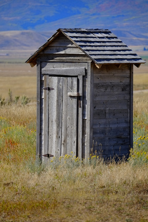 Photo pour Old outhouse in prairie ghost town countryside abandoned historical area - image libre de droit