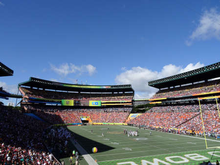 Photo pour Honolulu - January 31, 2016: Players stand in middle of field before ProBowl Game taken at the Aloha Stadium in Honolulu, Hawaii. - image libre de droit