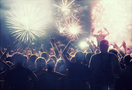 Photo pour Crowd watching fireworks and celebrating New Year - image libre de droit