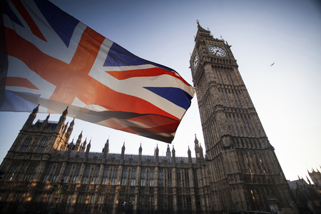 Foto de British union jack flag and Big Ben Clock Tower and Parliament house at city of Westminster in the background - Imagen libre de derechos