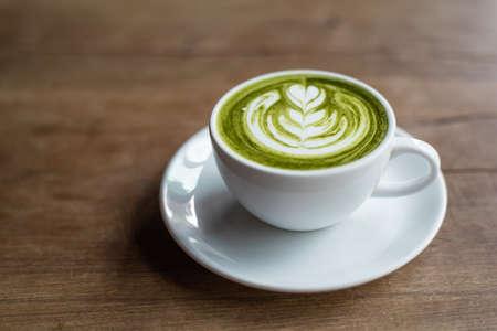 Foto de matcha latte on wooden background - Imagen libre de derechos