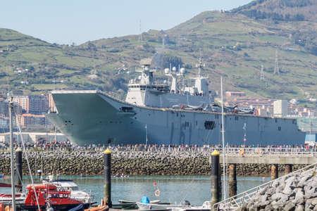 Foto de BILBAO, SPAIN - MARCH / 23/2019. The aircraft carrier of the Spanish Navy Juan Carlos I in the port of Bilbao, open day to visit the ship. - Imagen libre de derechos