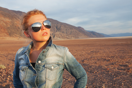 Photo pour portrait of young beautiful girl in death valley  environment - image libre de droit