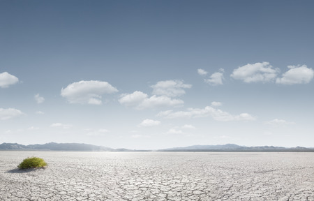 Photo pour panoramic view od dry desert in death valley with some mountains on the back - image libre de droit