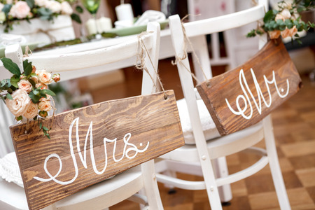 Foto per Mr. & Mrs. Sign on the chair - Immagine Royalty Free