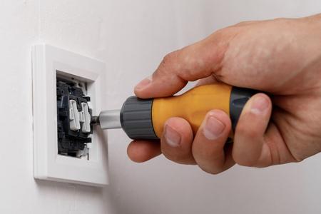 Photo pour electrician installing light switch - image libre de droit