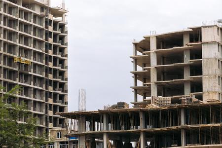 Photo pour building construction site against sky background. construction of new building - image libre de droit