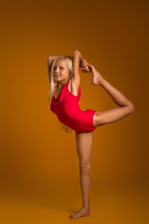 Photo pour Young gymnast child girl stretching and training - image libre de droit