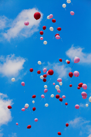 Photo pour Many released flying balloons in blue sky - image libre de droit