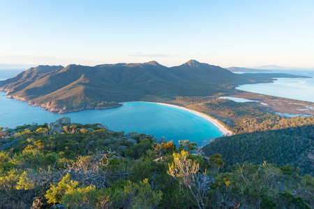 Foto de Aerial view of picturesque beach and mountains on sunny morning. Freycinet Park, Tasmania. Australia - Imagen libre de derechos