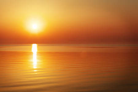 Foto de Beautiful sunset over the ocean. Sunrise in the sea - Imagen libre de derechos