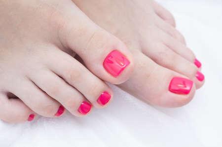 Photo pour Woman's foot with gel polish applied. Natural nails. - image libre de droit