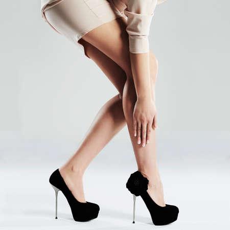 Photo pour long sexy woman legs.Perfect female legs in high heels.Manicure.Black shoes - image libre de droit
