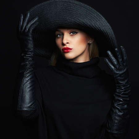 Foto de Beautiful woman in hat and leather gloves.beauty girl in hat - Imagen libre de derechos