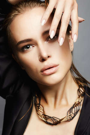 Photo pour Beautiful woman with wet hair.sensual Young woman face.fashion beauty make up - image libre de droit