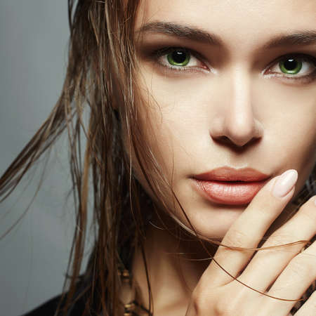 Photo pour Beautiful woman with wet hair and make-up.model girls face.fashion beauty make up - image libre de droit