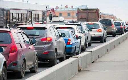 Photo pour Cars in a traffic jam on the big city street - image libre de droit