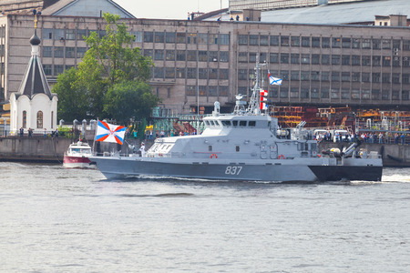 Foto de Saint-Petersburg, Russia - July 28, 2017: Warship goes on the Neva River. Rehearsal for the parade of Russian naval forces. Counter sabotage Project 21980 boat Grachonok class - Imagen libre de derechos