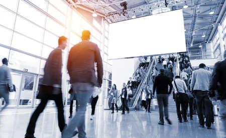 Foto de blurred people in a modern hall - Imagen libre de derechos
