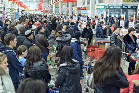 Foto de Auchan store rush hour - Imagen libre de derechos