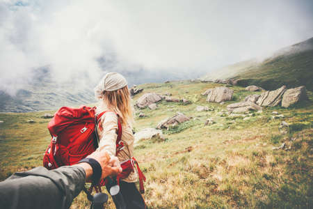 Photo pour Couple travelers Man and Woman follow holding hands at foggy mountains landscape on background Love and Travel happy emotions Lifestyle concept. Young family traveling active adventure vacations - image libre de droit
