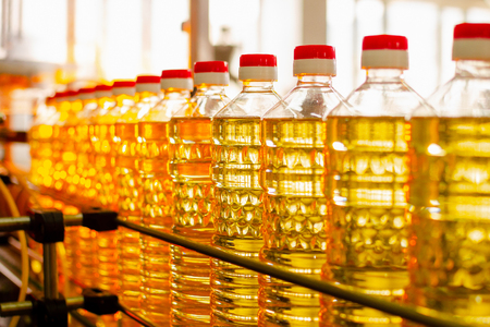 Photo pour Sunflower oil. Factory line of production and filling of refined oil from sunflower seeds. Factory conveyor of food industry. - image libre de droit