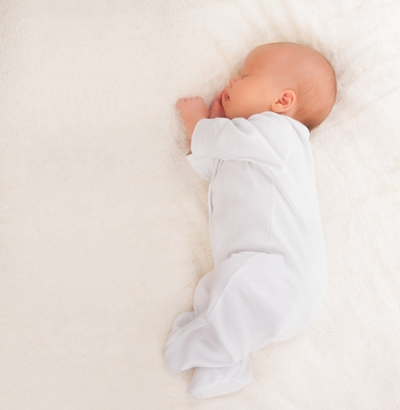 Photo pour sweet cute newborn baby sleeps - image libre de droit