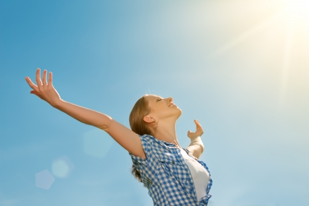 Photo pour happy young woman open her arms to the sky and enjoying life - image libre de droit