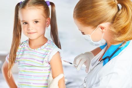 Foto de Doctor a pediatrician makes child vaccinated vaccination - Imagen libre de derechos