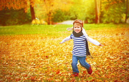 Foto de happy child playing pilot aviator and dreams outdoors in autumn - Imagen libre de derechos