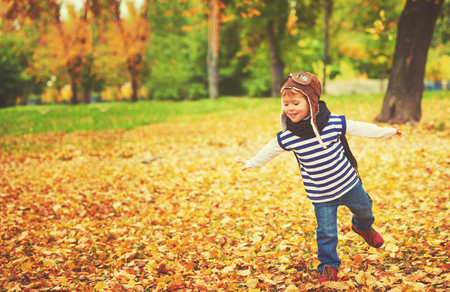 Photo pour happy child playing pilot aviator and dreams outdoors in autumn - image libre de droit