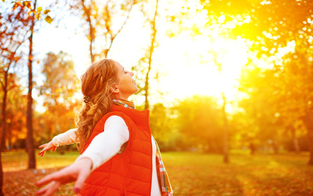 Foto de happy girl enjoying life and freedom in the autumn on the nature - Imagen libre de derechos