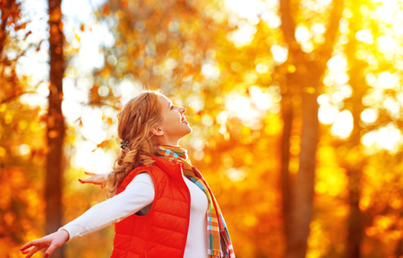 Photo pour happy girl enjoying life and freedom in the autumn on the nature - image libre de droit