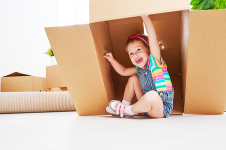 Photo pour moving to a new apartment. happy child in a cardboard box - image libre de droit