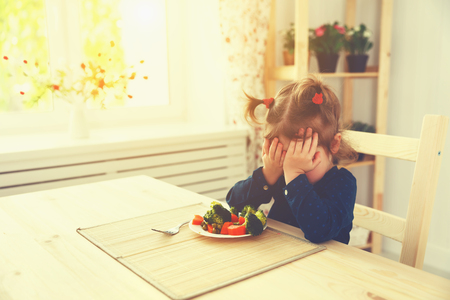 Photo pour child girl does not like and does not want to eat vegetables - image libre de droit