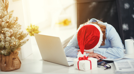 Foto de business woman businesswoman freelancer tired, asleep working at computer at Christmas - Imagen libre de derechos