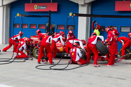 Photo pour ISTANBUL, TURKEY - OCTOBER 26, 2014: Pit stop of Formula 1 car in Ferrari Racing Days in Istanbul Park Racing Circuit - image libre de droit