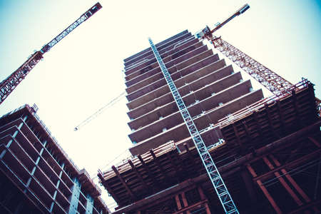 Photo pour Crane and building construction. big building construction - image libre de droit