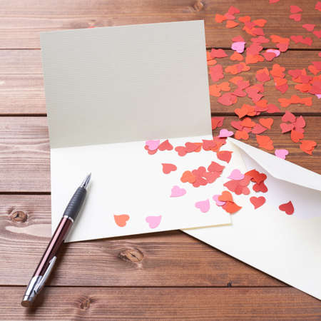 Photo pour Empty copyspace valentine card or love letter composition over the wooden boards covered surface - image libre de droit