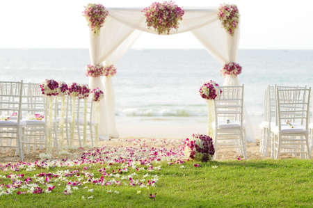 Photo pour wedding setting on the beach - image libre de droit