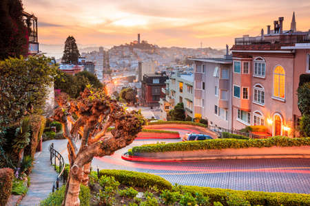 Photo pour Famous Lombard Street in San Francisco at sunrise - image libre de droit