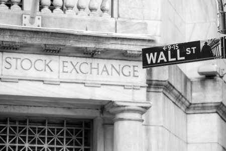 Foto de Wall street sign in New York City in black and white - Imagen libre de derechos