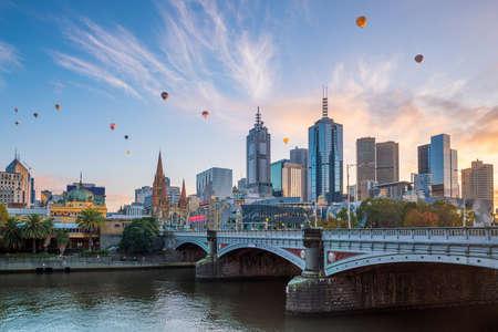 Photo pour Melbourne city skyline at twilight in Australia - image libre de droit