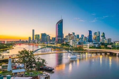 Photo pour Brisbane city skyline and Brisbane river at twilight in Australia - image libre de droit